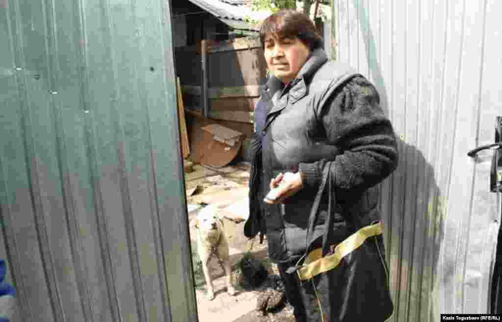 Погорелец Гунар Идрисова стоит у своей бывшей квартиры в сгоревшем доме.