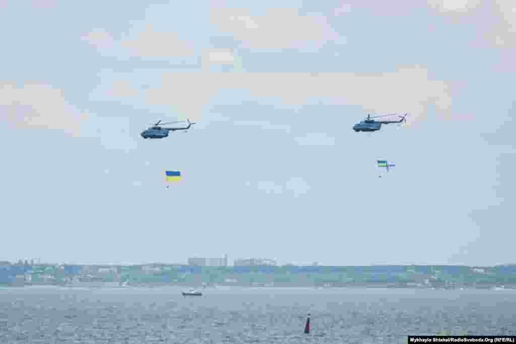 Гвинтокрили морської авіації ВМСУ «проносять» український і власний військовий прапор над Одеською затокою
