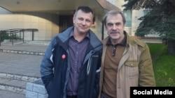 Активист Павел Чернов и координатор штаба Валентин Болдышев возле здания Псковского городского суда
