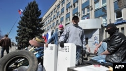 Ukraine -- Pro-Russian activists guard a barricade in front of the the Ukrainian Security Service building in the eastern city of Luhansk, April 8, 2014