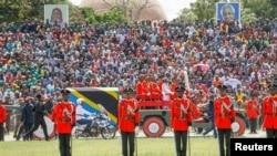 Военные сопровождают лафет с гробом покойного президента Танзании Джона Магуфули, во время государственной похоронной процессии на стадионе Джамхури в Додоме, Танзания, 22 марта 2021 года.