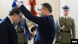 Польша президенті Анджей Дуда НАТО бас хатшысының орынбасары Александр Вершбоуға орден тапсырып тұр. Варшава, 7 шілде 2016 жыл.