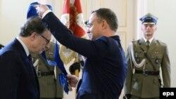 Президент Польши Анджей Дуда вручает Большой крест за заслуги заместителю генерального секретаря НАТО Александру Вершбоу на церемонии во дворце Бельведер 7 июля