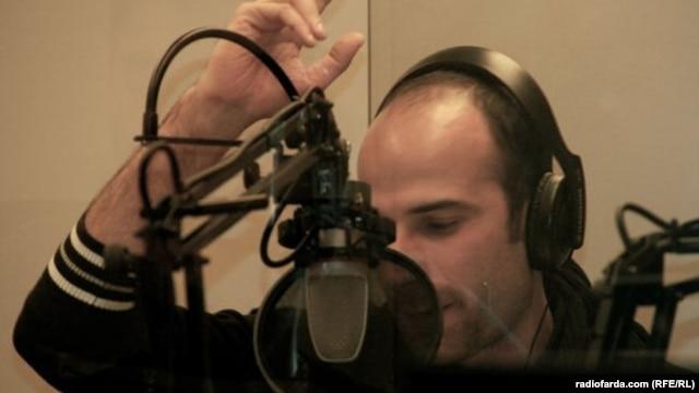 """Farshid Manafi, moderator of """"Pasfarda,"""" Radio Farda's satire program."""