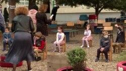 Првачињата наместо во училница во школски двор