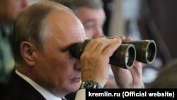 Rusiye, Leningrad vilâyeti - Rusiye prezidenti Vladimir Putin Rusiye ile Beyazrusiyeniñ «Ğarp-2017» arbiy talimleri esnasında Lujskiy poligonında