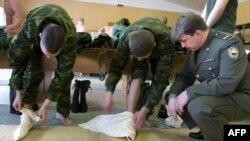 Российские призывники учатся наматывать портянки. Москва, 27 апреля 2007 года.