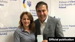 Михаил Саакашвили получил в украинском консульстве в Варшаве удостоверение личности гражданина Украины