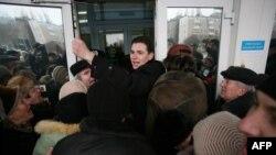 Demonstranți încercînd să intre în clădirea primăriei din Donețk