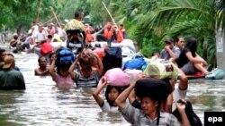 سیل زدگان اندونزی در تلاش برای خروج از مناطق سیل زده منتظر ماموران امدادی هستند.