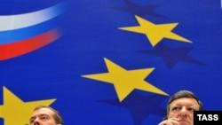 Dmitri Medvedev (stânga) şi Jose Manuel Barroso