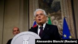 Presidenti i Italisë, Sergio Mattarella, kërkoi nga ish-ekonomisti i Fondit Monetar Ndërkombëtar, Carlo Cottarelli, të formojë qeverinë.