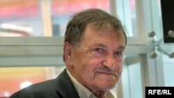 """В этом году третий """"Аксенов-фест"""" проходит уже без писателя, ушедшего из жизни 6 июля (На фото: Василий Аксенов на московской книжной ярмарке, сентябрь 2007)."""
