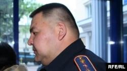 Капитан казахской полиции обеспечивает порядок в коридоре суда во время процесса над оппозиционными политиками. Алматы, 2 мая 2010 года.