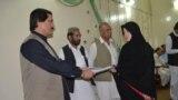 د بلوچستان صوبايي وزیر نواب محمد ایاز خان جوګېزی زدهکوونکو ته وظیفې وېشي.