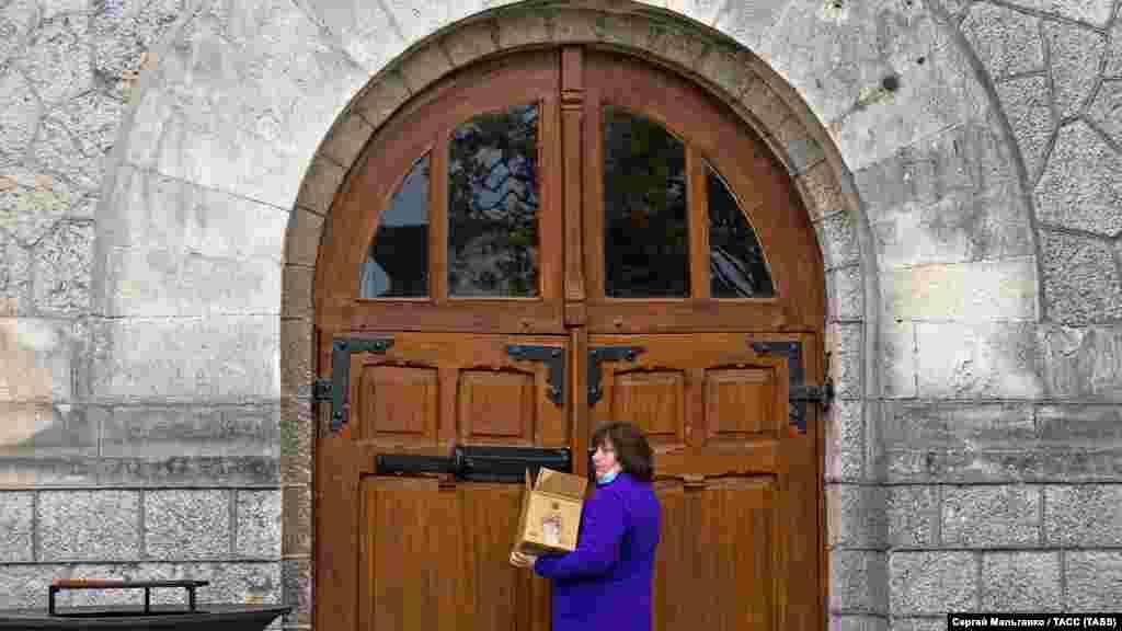 Сотрудница у входа в старое здание основного комплекса винзавода