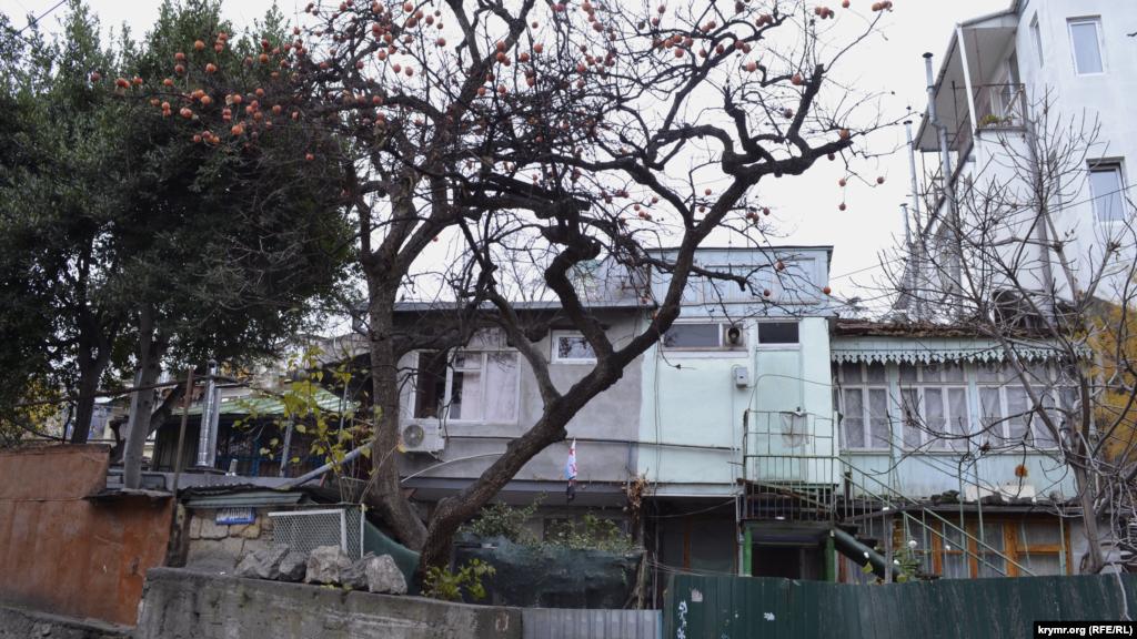 У західній частині Дерекоя закінчується найдовша вулиця Ялти – Садова. Вона перетинається з вулицею Куйбишева. Уздовж неї на рівній ділянці збереглися приватні будинки повоєнного періоду з традиційною для кримських садів хурмою