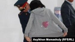 Проверка гражданки, которая идет в зал суда по событиям в Шетпе. Актау, 23 апреля 2012 года.
