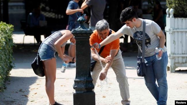 Paris: Turistët dhe banorët lokal duke u freskuar pasi temperaturat gjatë muajit korrik arritën mbi 40 gradë.