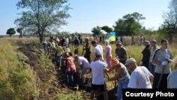 Мешканці Запоріжжя копають шанці, фото з фейсбуку Андрія Рибальченка, 6 вересня 2014 року