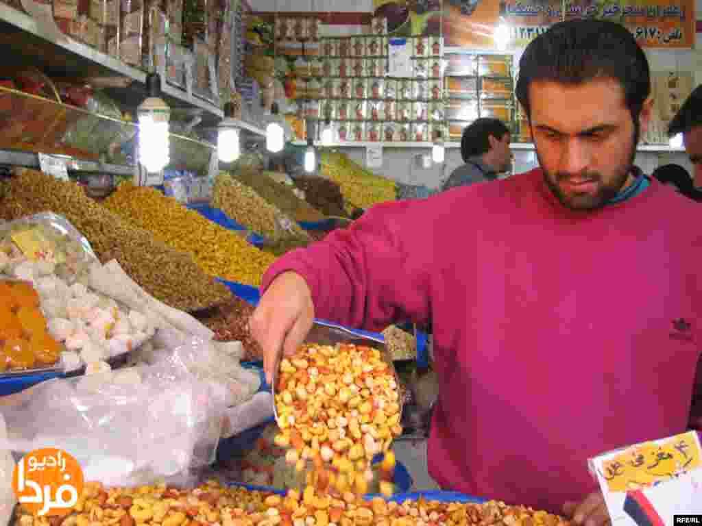 طبیعی است که در این شبها سر آجیلفروشها هم به اندازه هندوانه فروشها شلوغ است