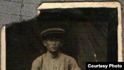 Атам Акматбек Жанузаков. 1942-жылы Алайда мугалим болуп жүргөндө түшкөн.