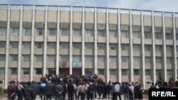 2010-жылы Курманбек Бакиевди бийликтен кулаткан элдик толкундоолор алгач 6-апрелде Таласта башталган. 6-апрель, 2010-жыл