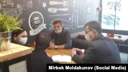 Манап, Артур Цветков жана кыргыз элчилигинин кызматкерлери.