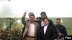 شهرام امیری (چپ) در کنار حسن قشقاوی، مقام وزارت امور خارجه، به هنگام بازگشت از آمریکا