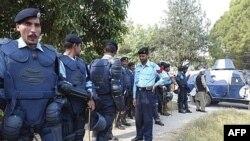 نیروهای پلیس که اطراف خانه بی نظیر بوتو دیده می شوند.