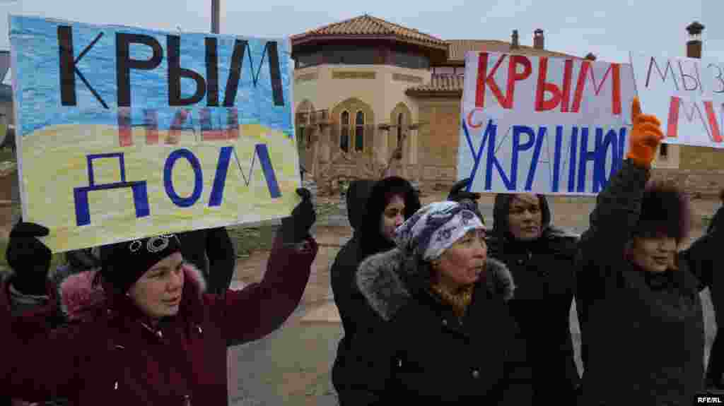 Жінки на мітингу проти війни за єдність України, Сімферополь, 8 березня 2014 року