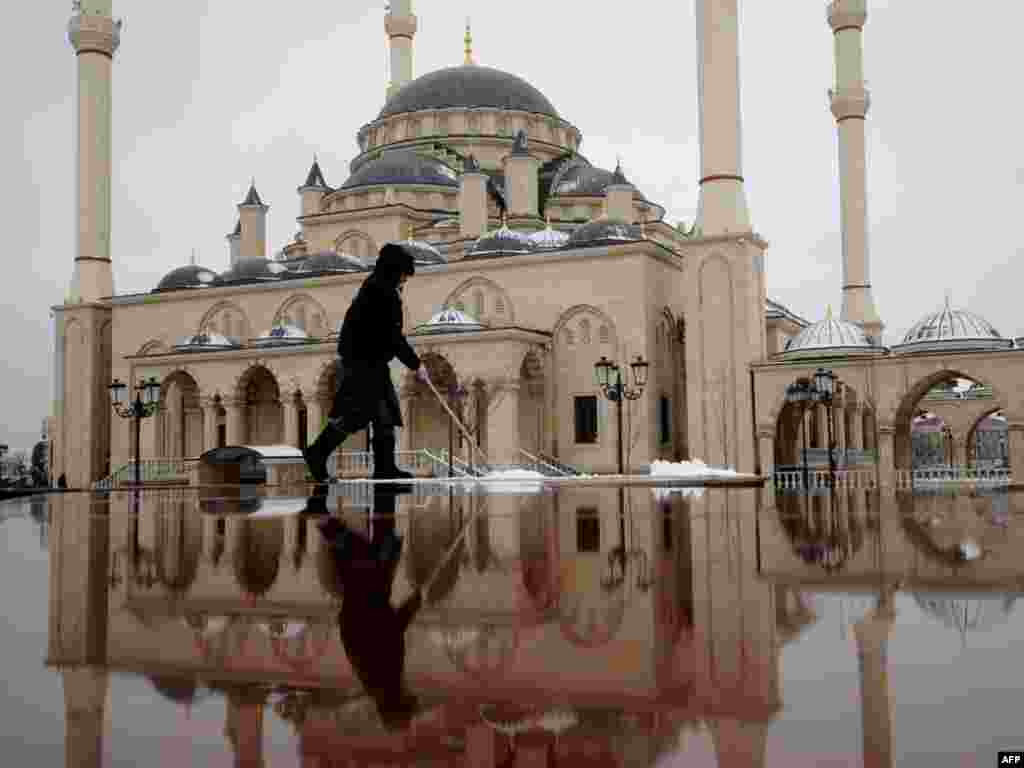 Čečenija - Trg ispred džamije koja nosi ime Ahmada Kadirova, poznata kao ¨Srce Čečenije¨, Grozni, 09.03.2011. Foto: AFP / Mikhail Modrasov