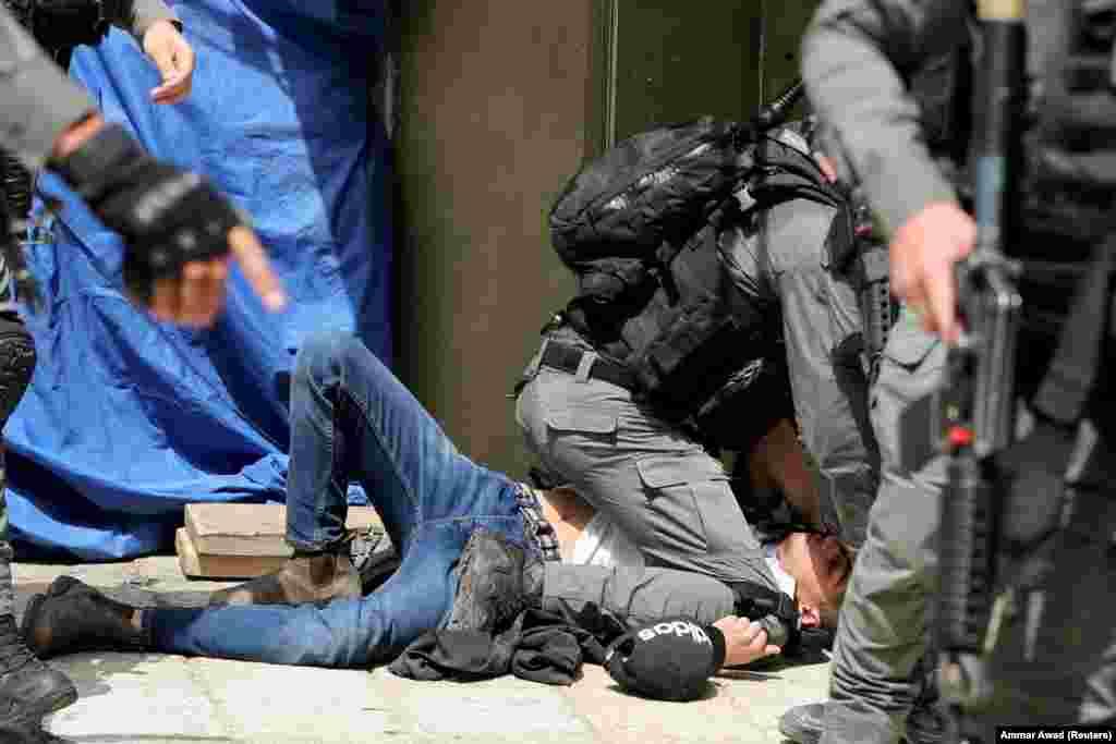 Ізраїльська поліція затримала палестинця під час сутичок біля мечеті Аль-Акса, яка відома мусульманам як Благородне святилище, а євреям – як Храмова гора, в Старому місті Єрусалиму, 10 травня 2021 року