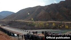 Торжественная церемония открытия моста на реке Кокомерен, Джумгальский район Нарынской области, 17 октября 2013 года.