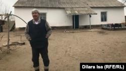 Ахмет Елибаев во дворе своего дома в селе Келесского района Туркестанской области. 11 февраля 2020 года.