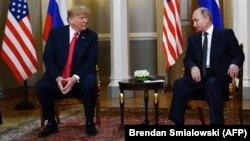 Президент США Дональд Трамп (слева) и президент России Владимир Путин во время встречи в Хельсинки. 16 июля 2018 года.