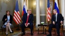 Встреча Дональда Трампа и Владимира Путина в Хельсинки 16 июля 2018 года. Слева переводчица Марина Гросс