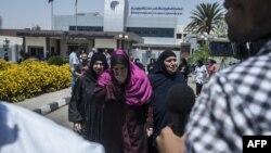 Члени родин пасажирів зниклого літака на летовищі Каїра, 19 травня 2016 року