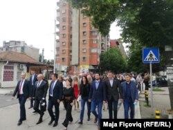 Përfaqësuesit e Listës Serbe duke shkuar për të votuar.