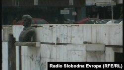 Бистата на народниот херој Ѓоце Стојчевски-Амбарче во Тетово во 2004 година беше скршена и фрлена на земја. Од 2001 година бистите на Тодор Циповски-Мерџан и Ѓоце Стојчевски Амбарче беа вандализирани, кршени им се делови, а пишувани се и графити.