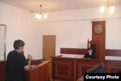 Журналист Тихонов апелляциялық сотта тұр. 2014 жыл.