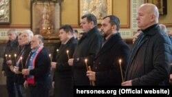 Бывший глава МВД Украины Виталий Захарченко (второй справа) в ходе панихиды в Севастополе