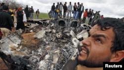 Люди вокруг рухнувшего у Бенгази американского истребителя F-15E, 22 марта 2011
