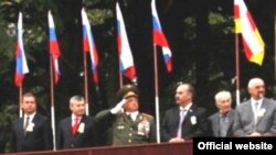 ვადიმ ბროვცევი, სამხრეთ ოსეთის დე ფაქტო რესპუბლიკის მთავრობის თავმჯდომარე (მარცხნიდან პირველი) და ედუარდ კოკოითი, სამხრეთ ოსეთის დე ფაქტო რესპუბლიკის პრეზიდენტი (მარცხნიდან მეორე)