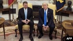 Румыния президенті Клаус Йоханнис (сол жақта) пен АҚШ президенті Дональд Трамп. Ақ үй, Вашингтон, 9 маусым 2017 жыл.
