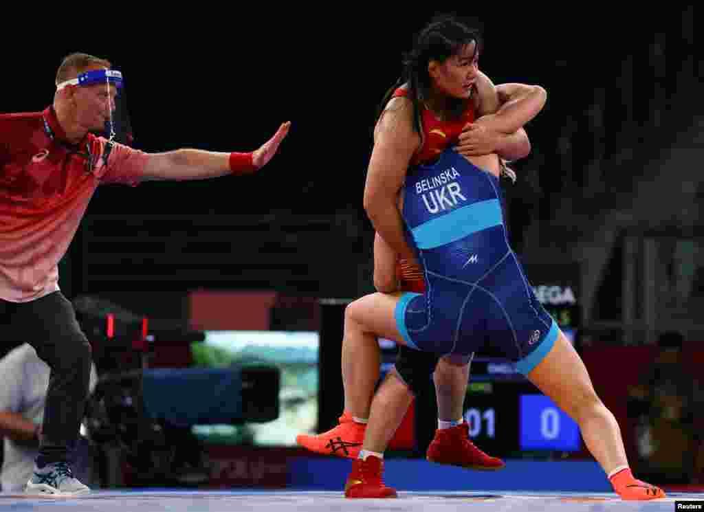 Алла Белінська з України проти Чжоу Цянь з Китаю. Боротьба– жінки– вільний стиль– 76 кг.Тіба, Японія, 1 серпня 2021 року