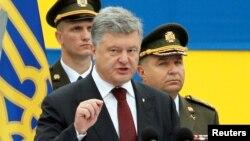 Президент Украины Петр Порошенко выступает во время военного парада по случаю 25-летия независимости Украины. Киев, 24 августа 2016 года.