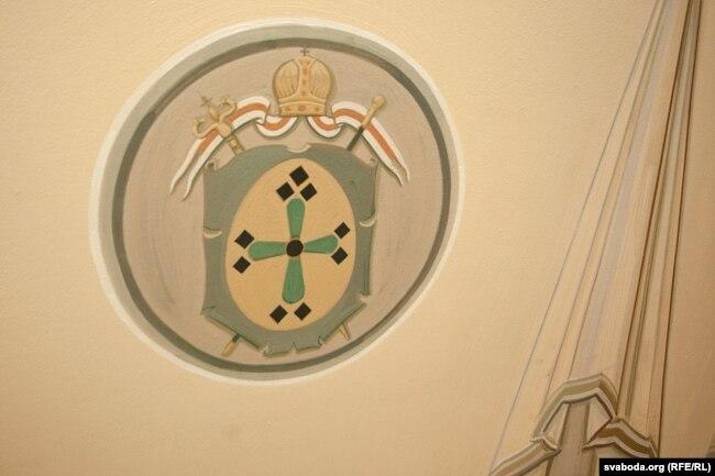 Пад фрэскай выяўленыя гербы Горадзенскай япархіі з калоскім крыжам, герб «Пагоня» і герб Горадні з аленем сьвятога Губэрта