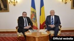 La o întîlnire a minișterilor de externe Andrei Galbur și Teodor Meleșcanu la București