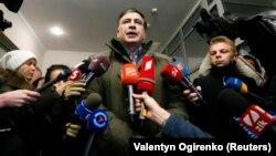 Lideri opozitar, Michael Saakashvili duke folur para gazetarëve gjatë ditë së sotme